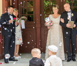 happily-ever-after-hochzeit-verleih-berlin-impressionen-bluetenempfang-seifenblasen-wedding