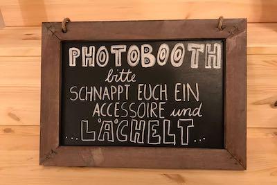 Tafel mit Holzrahmen für Fotobooth